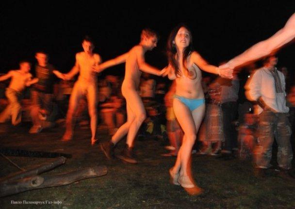 molodaya-golaya-devushka-tantsuet